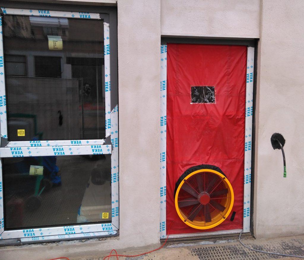 EQUIPO BLOWER DOOR INSTALADO EN PUERTA DE ENTRADA